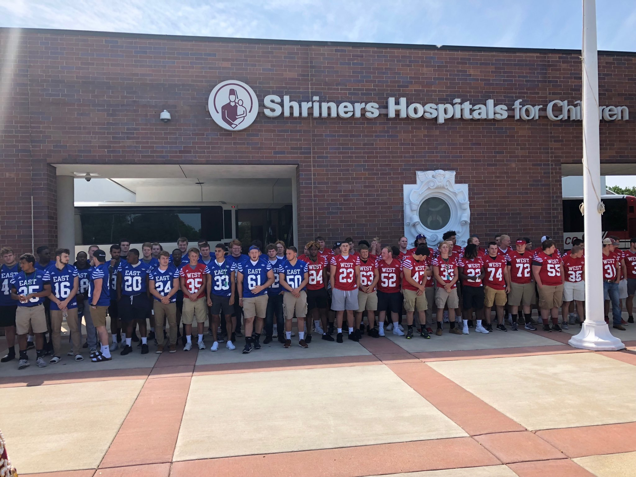 Illinois Shrine Game rosters pose during their visit to the children's hospital. (photo: @IHSFCA on Twitter)